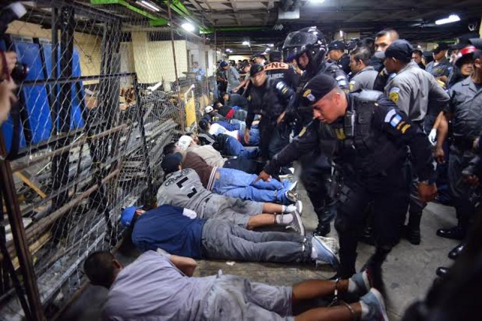 La Policía Nacional Civil (PNC) llegó para retomar el control del lugar. (Foto: Jesús Alfonso/Soy502)