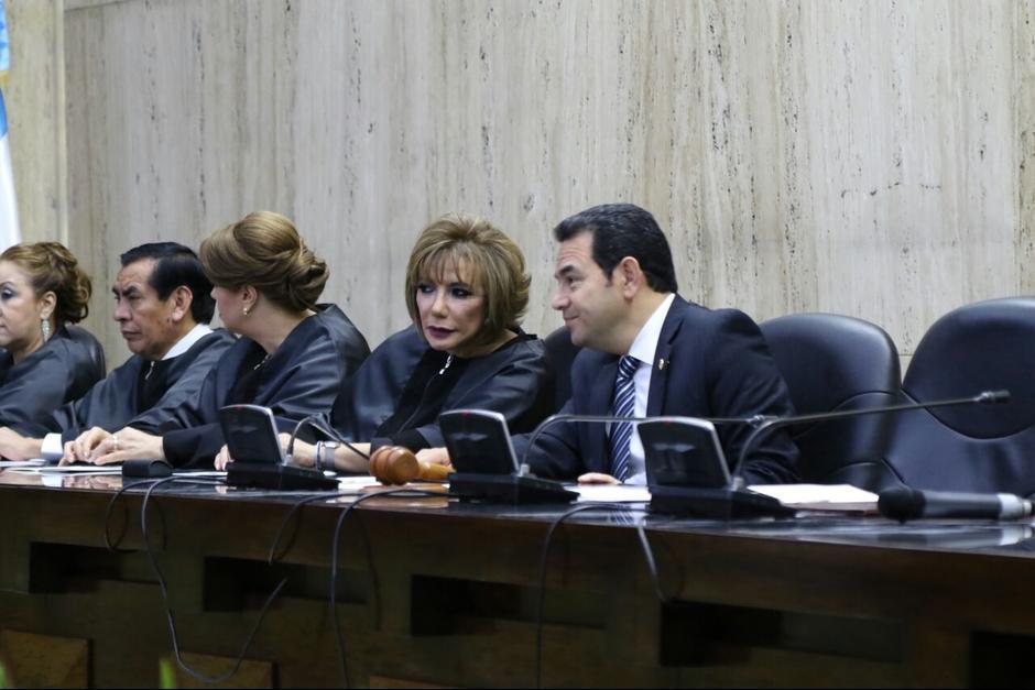 El presidente Jimmy Morales conversa con la presidenta del OJ Silvia Valdés durante la toma de posesión. (Foto: Alejandro Balán/Soy502)