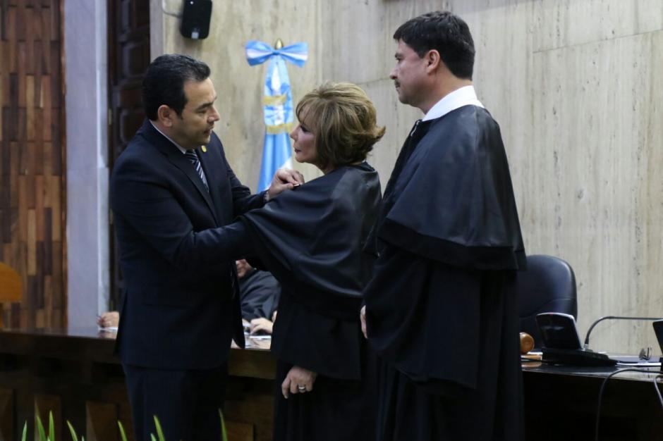 Jimmy Morales colocó a la magistrada las insignias que la acreditan en el cargo. (Foto: Alejandro Balan/Soy502)