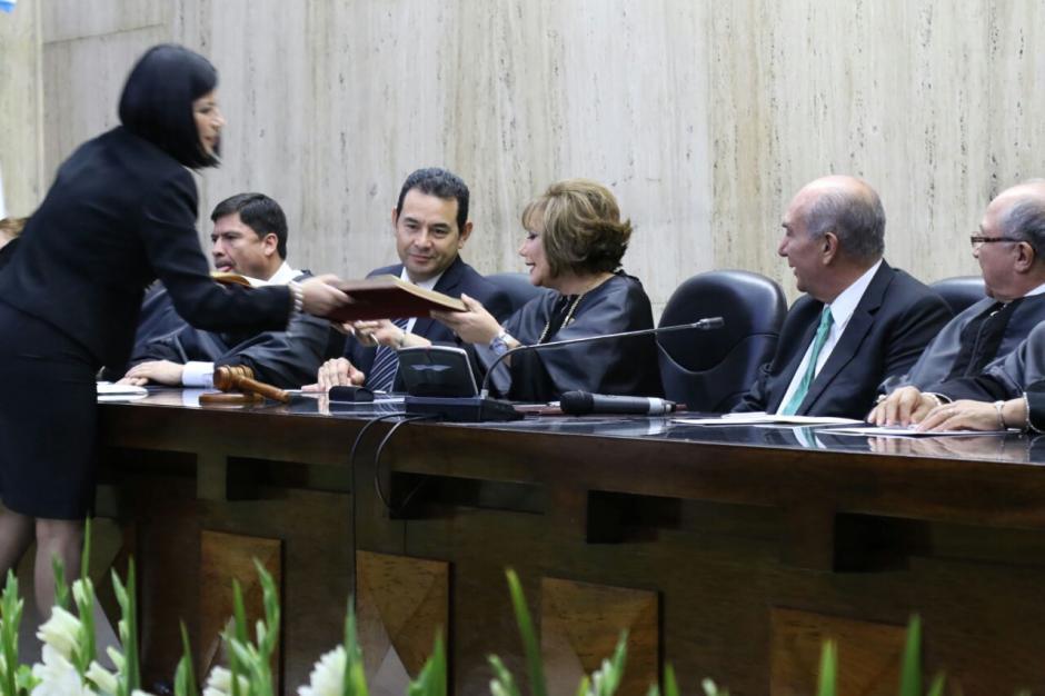 Los representantes firman un libro que queda en los registros históricos. (Foto: Alejandro Balan/Soy502)