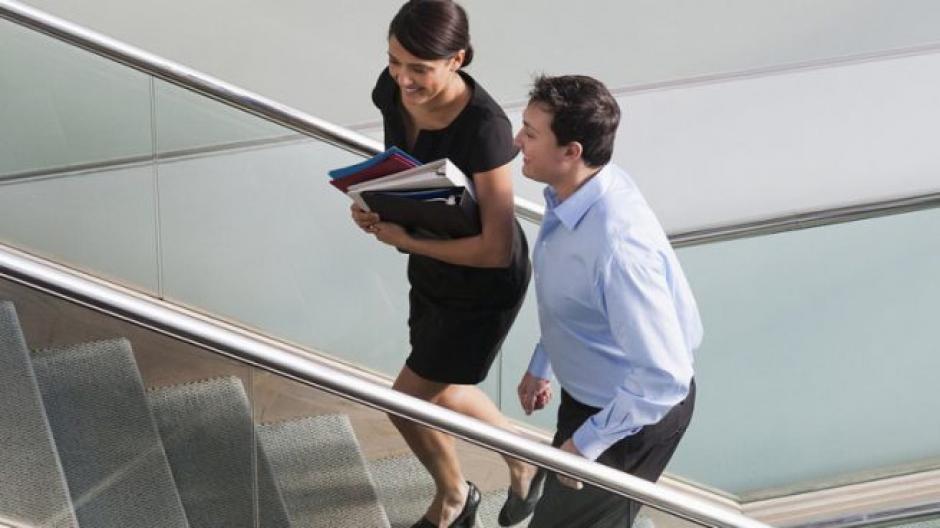 En tu trabajo, usa las escaleras. Es un ejercicio que no notarás, pero sí contribuirá con tu salud. (Foto: OK Diario)