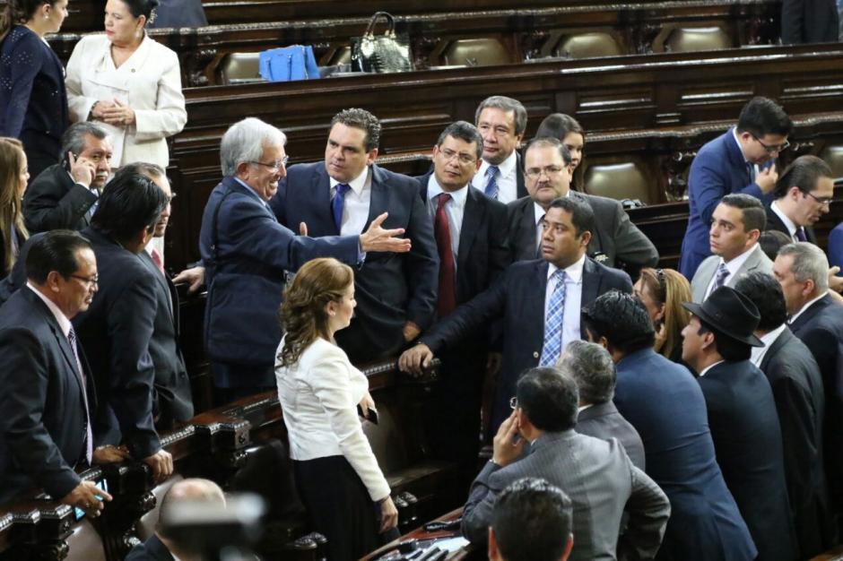 Varios diputados permanecieron en el hemiciclo luego de que saliera Taracena. (Foto: Alejandro Balán/Soy502)