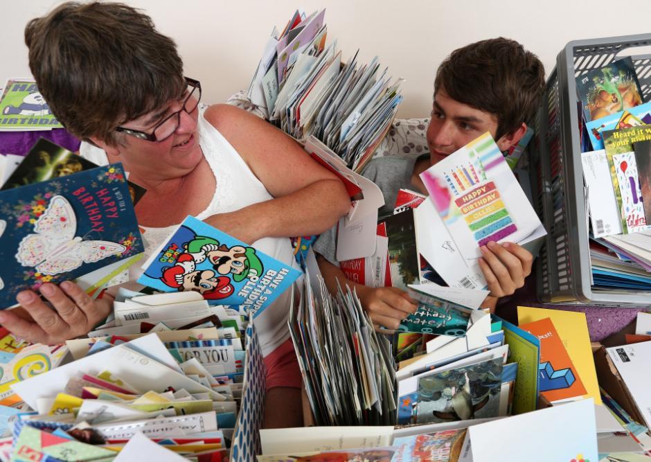 Karen, la madre del adolescente publicó en Facebook que Ollie se había hecho sus propias tarjetas de felicitación. (Foto: thesun.co.uk)