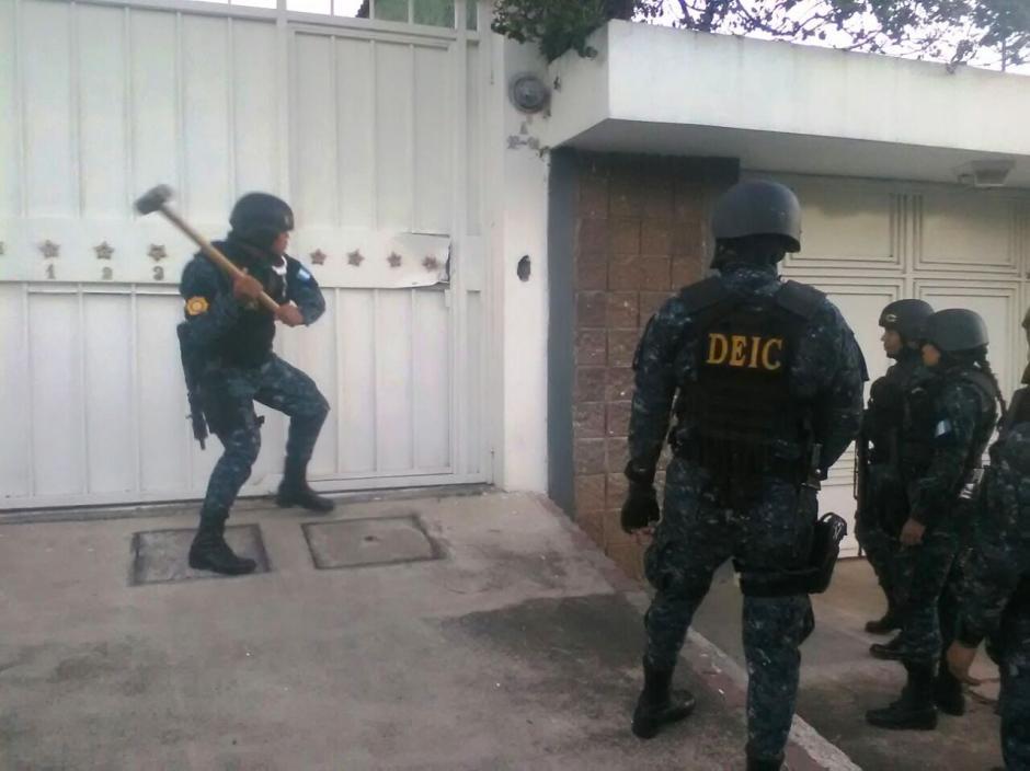 Los agentes de la PNC ingresaron por la fuerza a la vivienda. (Foto: PNC)