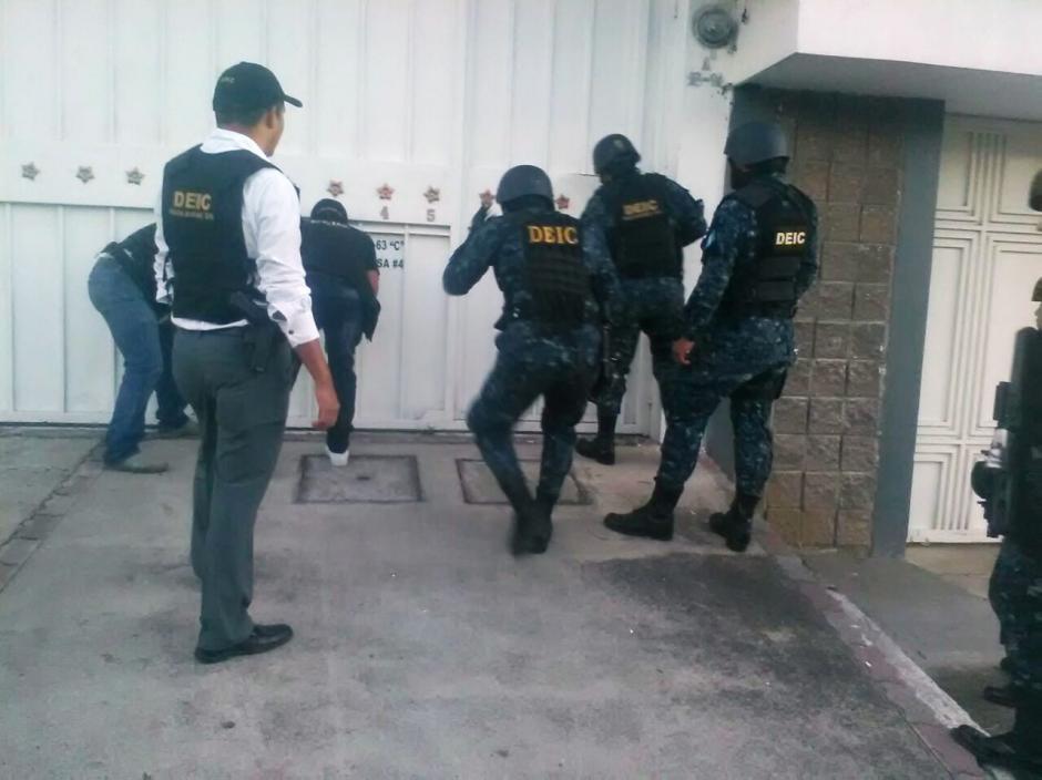 En el residencial Los Ángeles en San Cristóbal se hizo el allanamiento. (Foto: PNC)