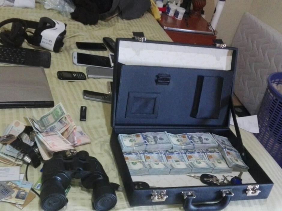 Un maletín con una fuerte suma de dinero fue encontrada al ciudadano alemán que supuestamente cometió estafa. (Foto: PNC)
