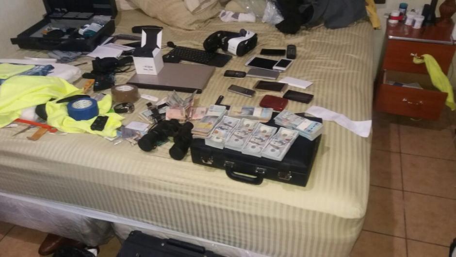 Además se localizaron instrumentos como binoculares y dinero en efectivo. (Foto: PNC)