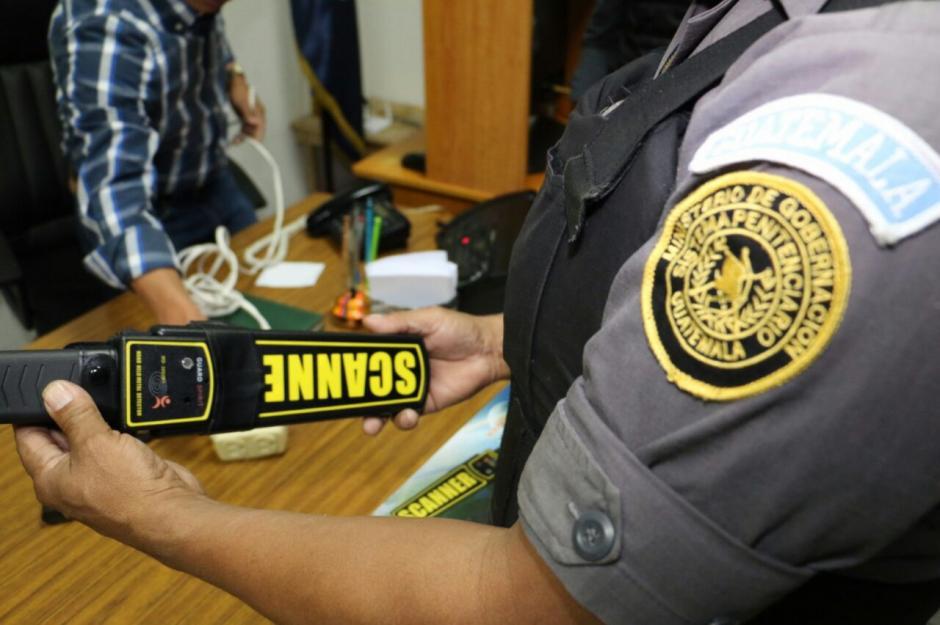 Los guardias utilizan escáneres manuales en las prisiones. (Foto: Dirección General del Sistema Penitenciario)