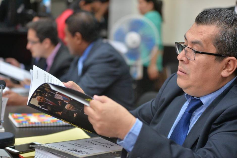 De varias páginas, el libro intenta desvanecer su acusación.  (Foto: Wilder López/Soy502)