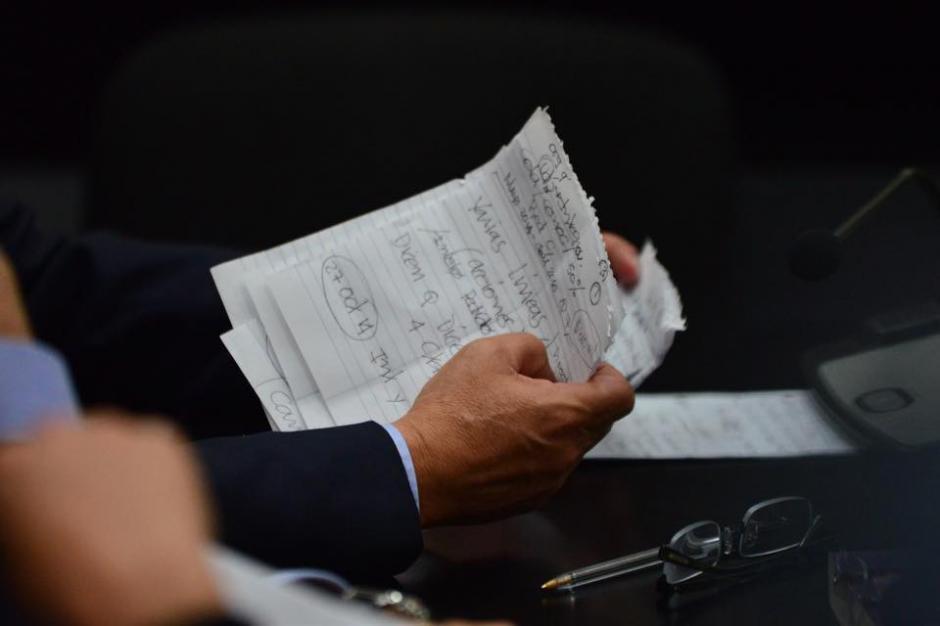Las notas del exmandatario Otto Pérez Molina al momento de argumentar su defensa ante el juez Miguel Ángel Gálvez. (Foto: Jesús Alfonso/Soy502)