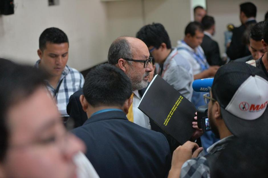 Moisés Galindo, abogado de Otto Pérez, entregó los libros con la acusación contra su cliente. (Foto: Wilder López/Soy502)