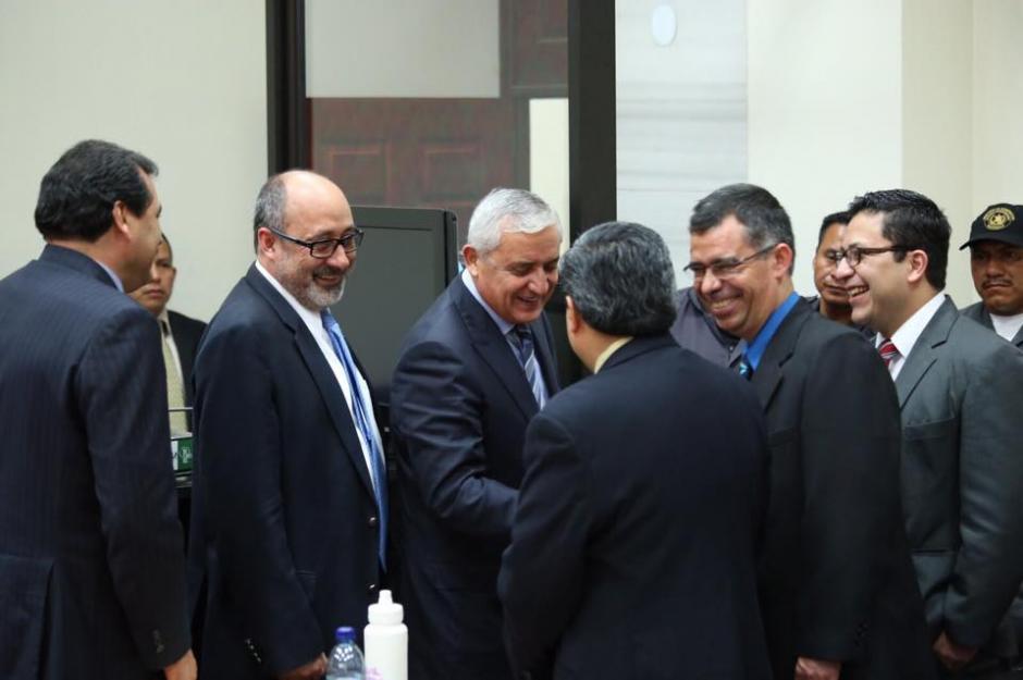 Al salir de la Torre de Tribunales para ingerir alimentos Pérez Molina saludó a los miembros de la fiscalía. (Foto: Jesús Alfonso/Soy502)