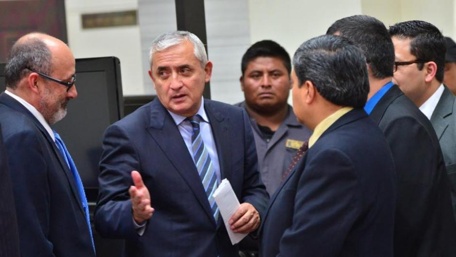Un intercambio de palabras cuando salieron del la sala de mayo riesgo donde se desarrolla el caso de la Línea. (Foto: Jesús Alfonso/Soy502)