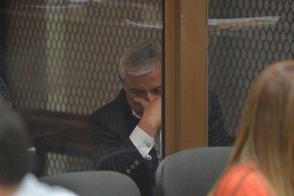 Con un tacuche y camisa blanca Pérez Molina espera la audiencia. (Foto: Wilder López/Soy502)
