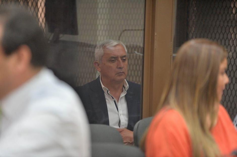 Con la mirada perdida Otto Pérez espera el inicio de la audiencia. (Foto: Wilder López/Soy502)