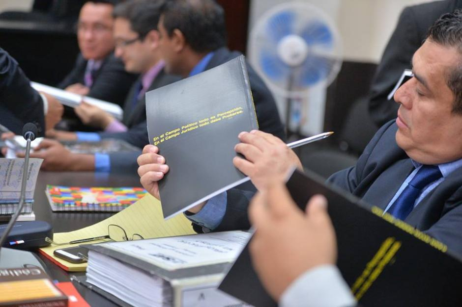 La mayoría de los que se encontraban en la sala recibieron el folleto. (Foto: Wilder López/Soy502)