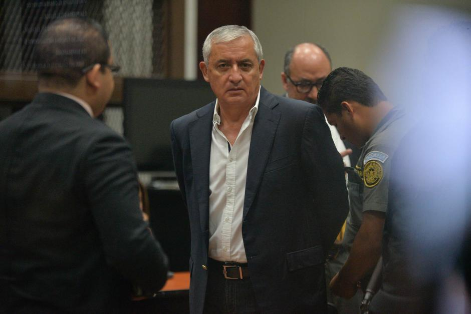 El expresidente Otto Pérez Molina llega a la Torre de Tribunales para audiencia en la que se decidirá si enfrentará juicio. (Foto: Alejandro Balán/Soy502)
