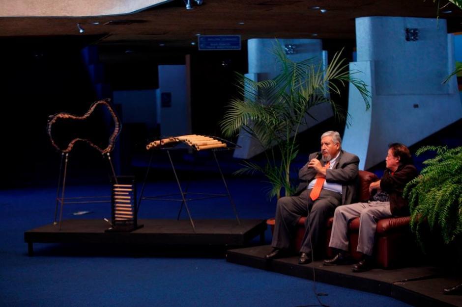 El artista comparte con Max Araujo, viceministro de Cultura, información de la gala. (Foto:MCD)