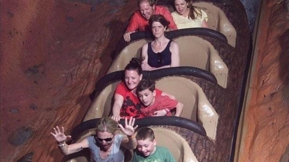 Una mujer se muestra molesta en una montaña rusa. (Foto: Reddit)