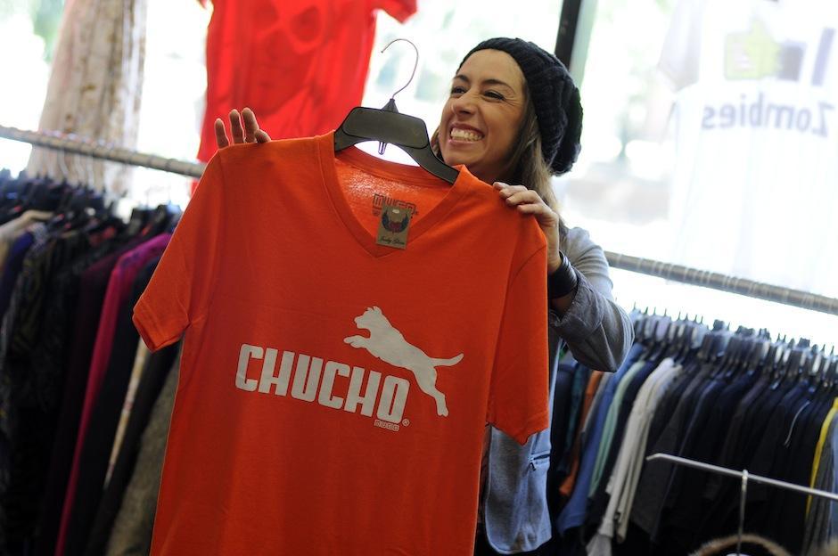 La creadora de Junky Glam, Guisela Ramírez, muestra orgullosa una de las t-shirts de la marca Muco más vendidas. (Foto: Esteban Biba/Soy502)