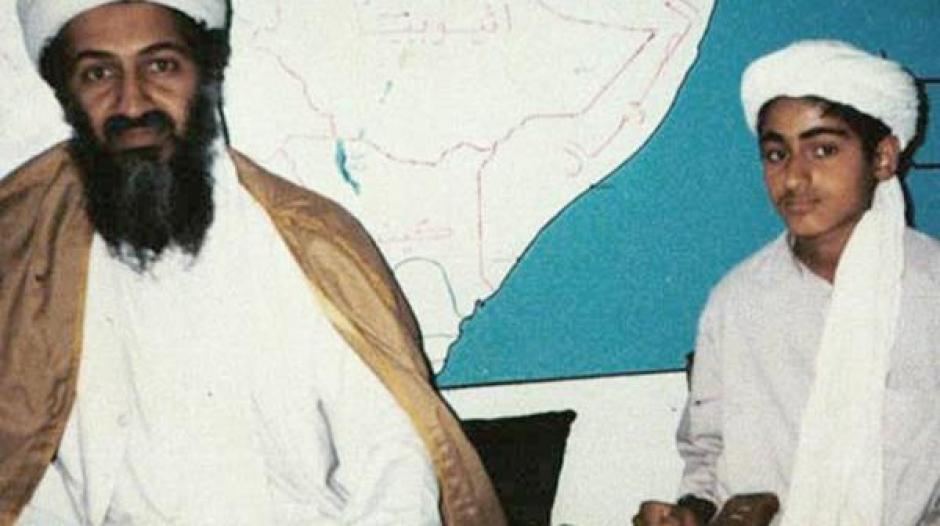 El desaparecido Osama bin Laden junto a su hijo Hamza. (Foto: Infobae)