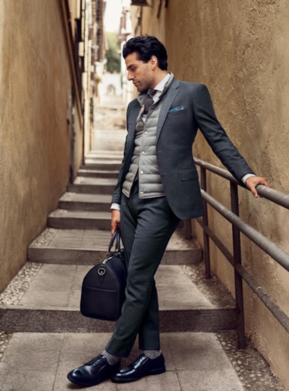 Oscar Isaac luce impecable en este traje de Tommy Hilfiger. (Foto: GQ)