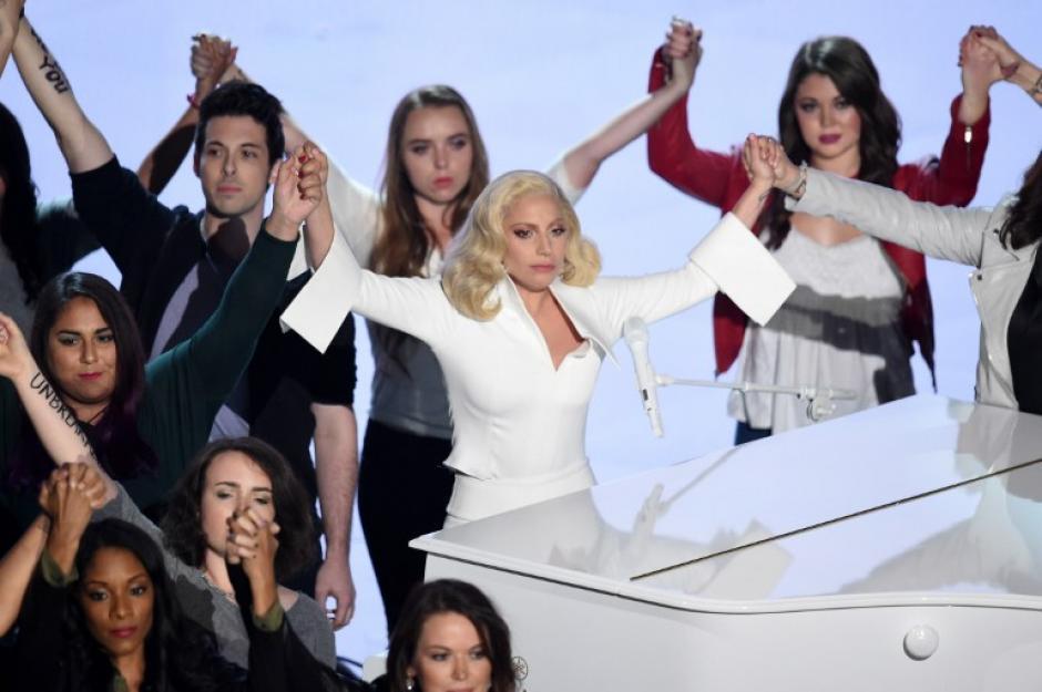 "Lady Gaga ovacionada de pie luego de cantar ""Til it happens to you"".(Foto: AFP)"