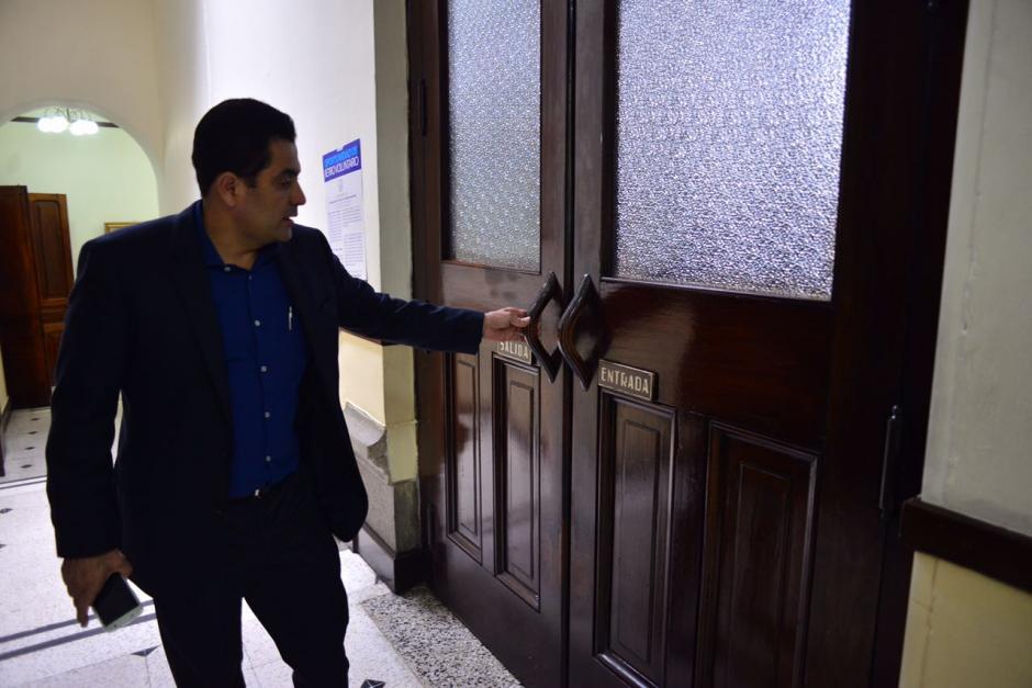 Varios diputados intentaron ingresar al hemiciclo, pero la puerta estaba cerrada. (Foto: Jesús Alfonso/Soy502)