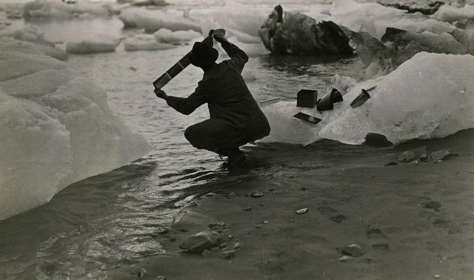 El corresponsal Oscar D. Von Engeln lava sus películas en agua de mar durante una expedición en Alaska, en el año 1909. (Foto: National Geographic)