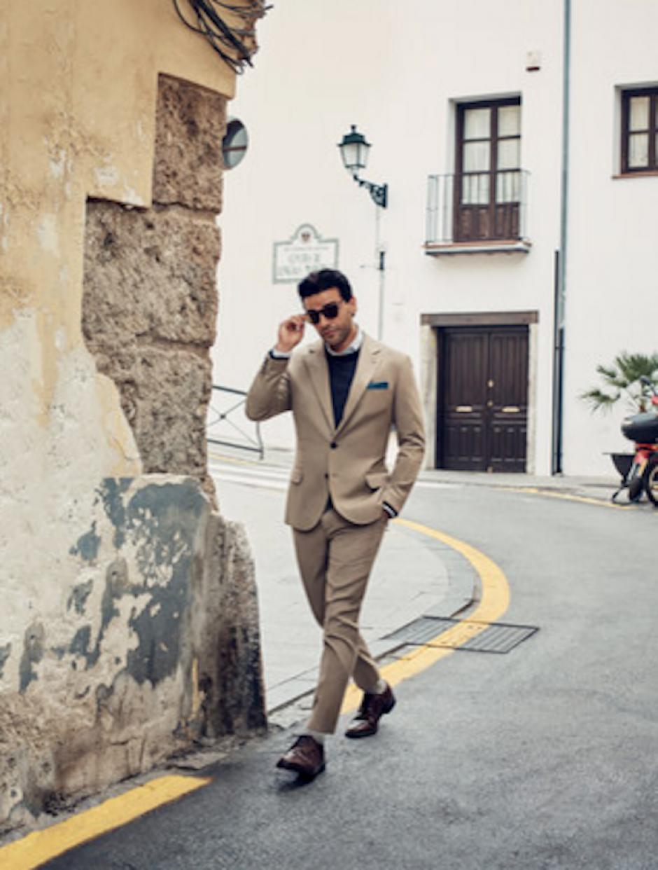La revista resalta como Oscar ha ido construyendo su carrera con papeles brillantes y bien elegidos. El guatemalteco se luce en un traje de Brunello Cucinelli, valorado en $4,475. (Foto: GQ)