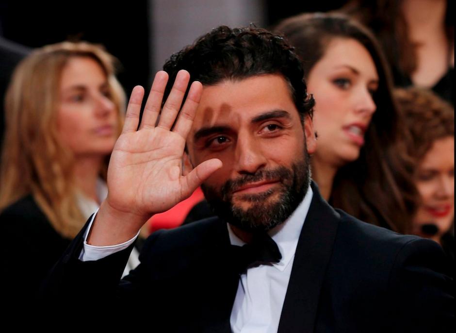 Oscar Isaac saluda a las cámaras en su paso por la alfombra roja de los Golden Globes 2016. (Foto Milenio)
