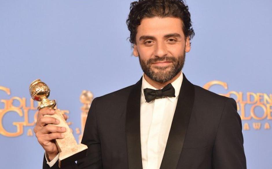 Oscar Isaac posa con una sonrisa nerviosa para las cámaras. (Foto: People en Español)