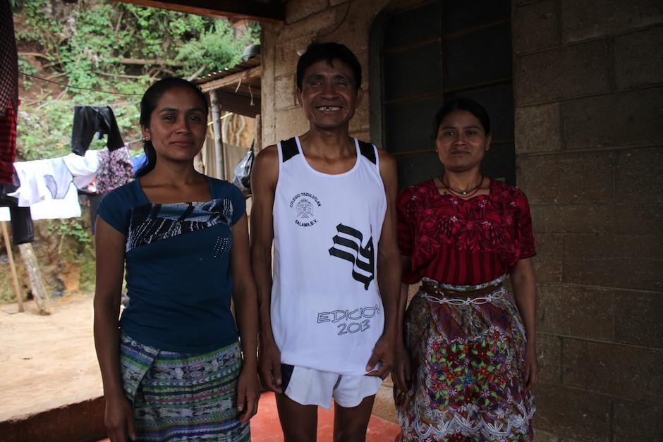 Óscar junto a sus hermanas, quienes lo apoyan a luchar por sus sueños. (Foto: Luis Barrios/Soy502)