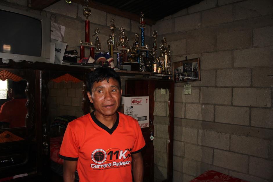 En un lugar especial de su casa están lo trofeos de Óscar Raxón. (Foto: Luis Barrios/Soy502)