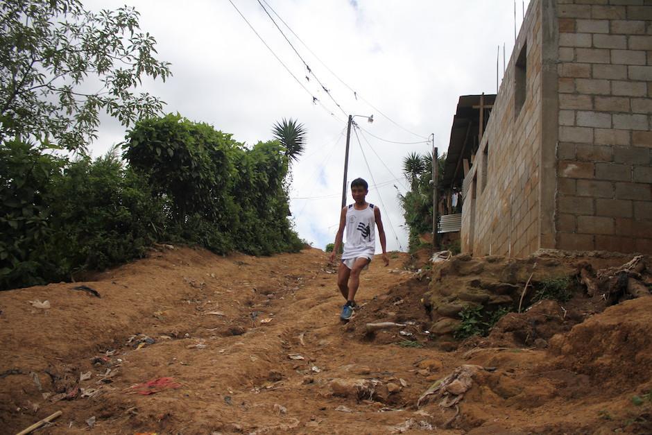 Pese a ser ciego total de nacimiento, Raxón camina sin dificultades por las estrechas calles de la aldea Las Trojes. (Foto: Luis Barrios/Soy502)