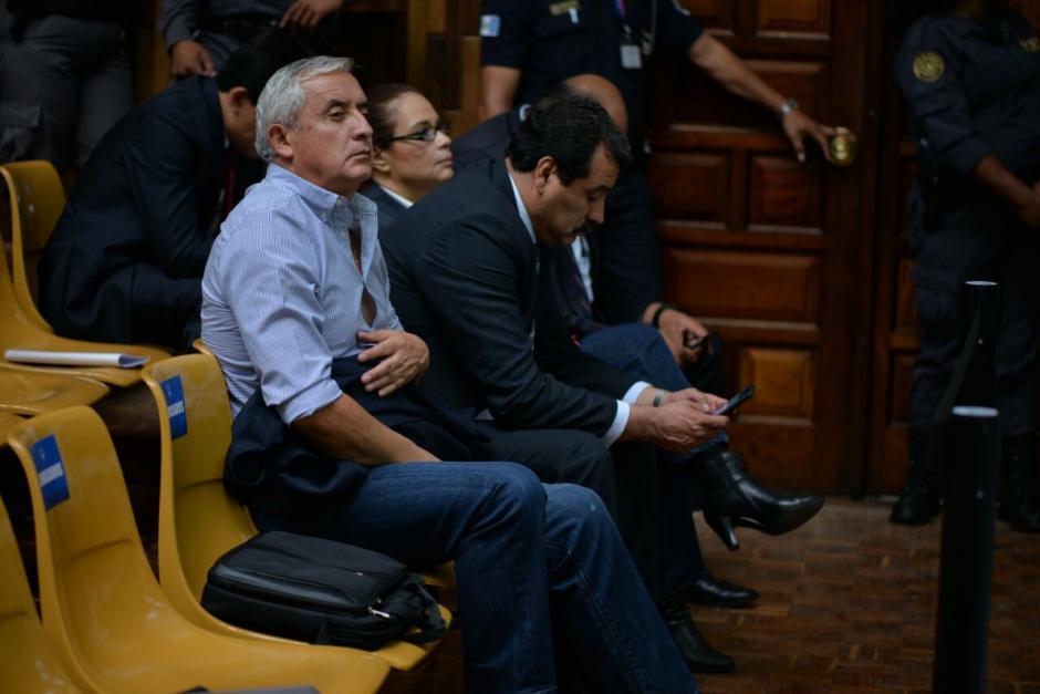 Así escucha Otto Pérez parte de la audiencia en su día 17. (Foto: Wilder López/Soy502)