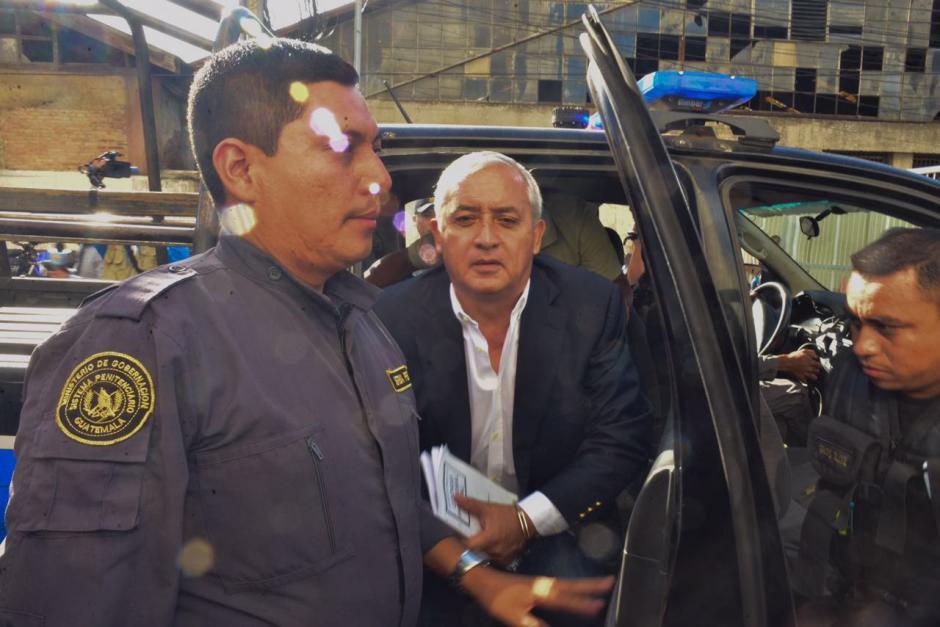 A su llegada a Tribunales tenía en sus manos el Código Procesal Penal. (Foto: Jesús Alfonso/Soy502)