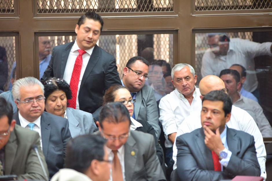 Otto Pérez de nuevo se sentó atrás de su exvicepresidenta Roxana Baldetti. (Foto: Wilder López/Soy502)