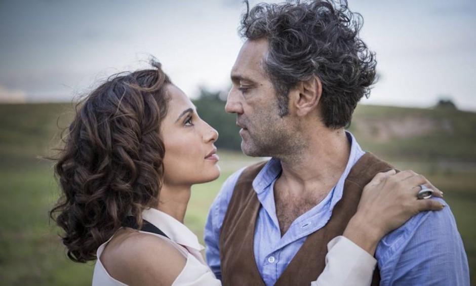 El actor se encontraba junto a su pareja de la telenovela Velho Chico, Camila Pitanga. (Foto: otvfoco.com.br)