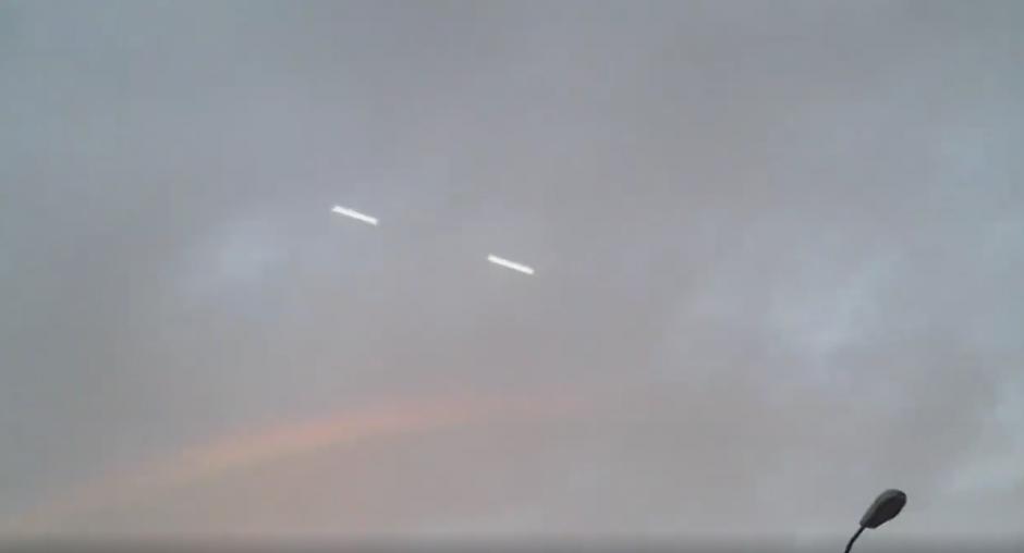 Un grupo de personas observaron como varios objetos misteriosos se movían en el cielo de Ecuador. (Captura de imagen: Boris Tacle Lopez/YouTube)