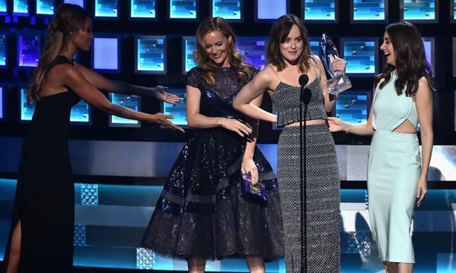 La actriz Dakota Johnson sufre un accidente con su vestuario. (Foto: hola.com)