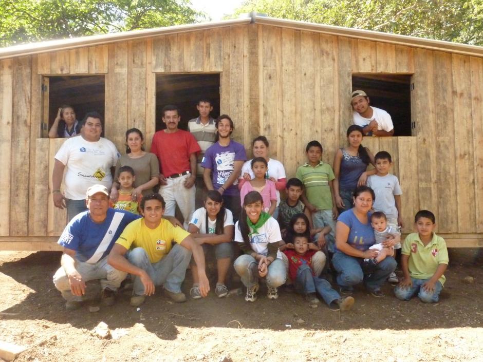 Los voluntarios y las familias viven en condiciones de igualdad en cada campamento. (Foto: Techo)