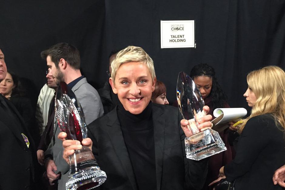 Con un emotivo video Ellen Degeneres recibe el Premio Humanitario. (Foto: AFP)