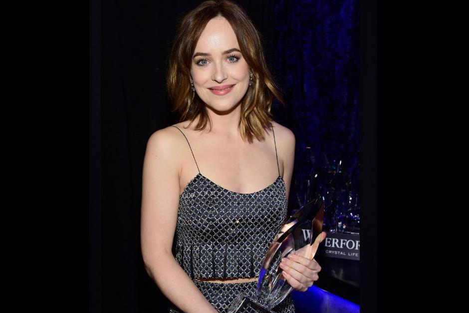 La mejor actriz de película dramática elegida por el público fue Dakota Johnson. (Foto: AFP)