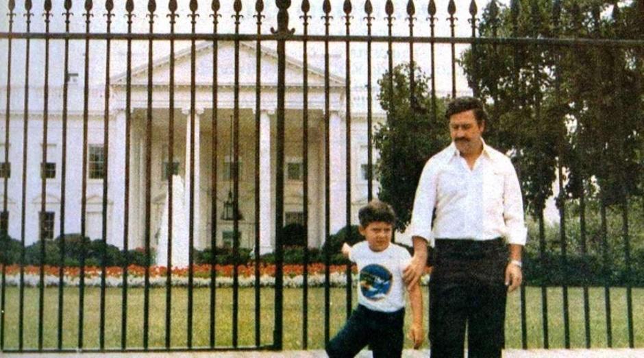 Una de las foto más compartida de los últimos tiempos, Escobar frente a la Casa Blanca. (Foto: El Heraldo)