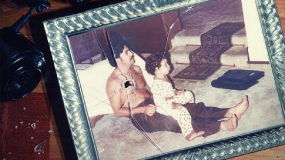 Otra foto familiar de Pablo Escobar que lo muestra con su hijo. (Foto: El Heraldo)