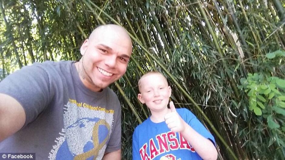 Josh Marshal junto a su hijo Gabriel. (Foto: sopitas)