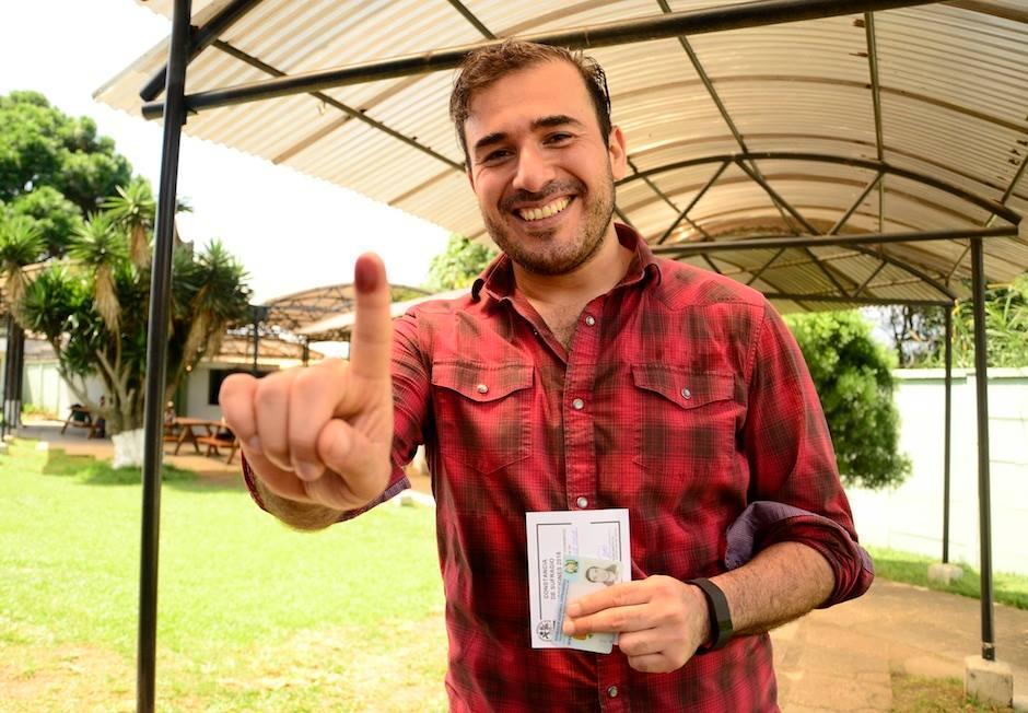 """El vocalista del grupo guatemalteco """"Malacates Trébol Shop"""", Francisco Páez, luego de cumplir con su derecho ciudadano de votar. (Foto: Selene Mejía/Soy502)"""