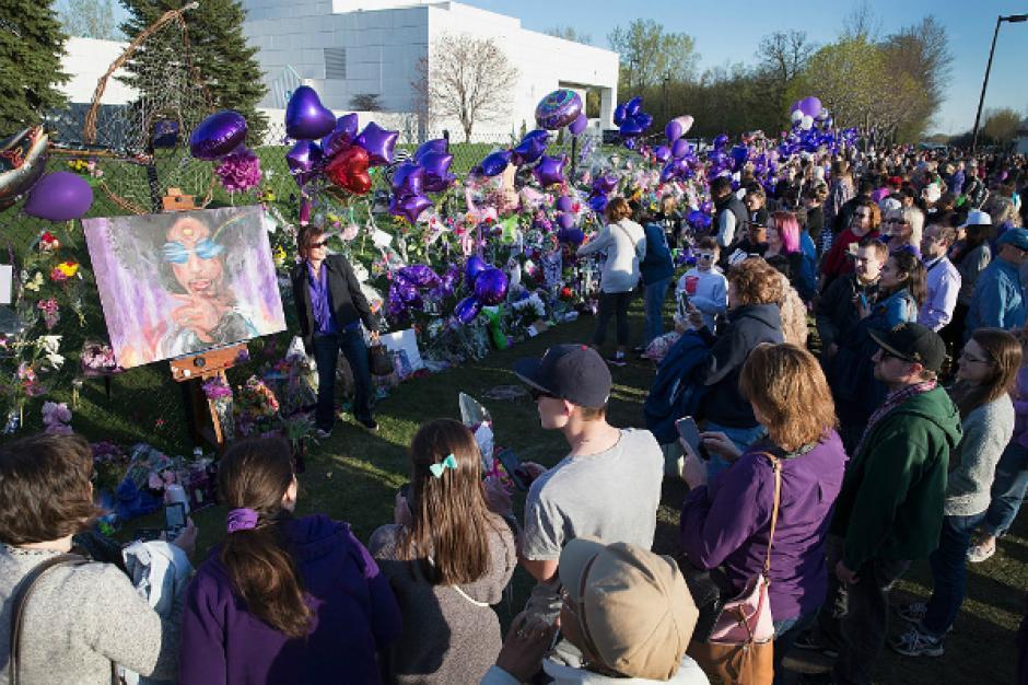 El día de su muerte varias fanáticas visitaron las afueras de su casa en St Paul, Minnesota. (Foto: EFE)