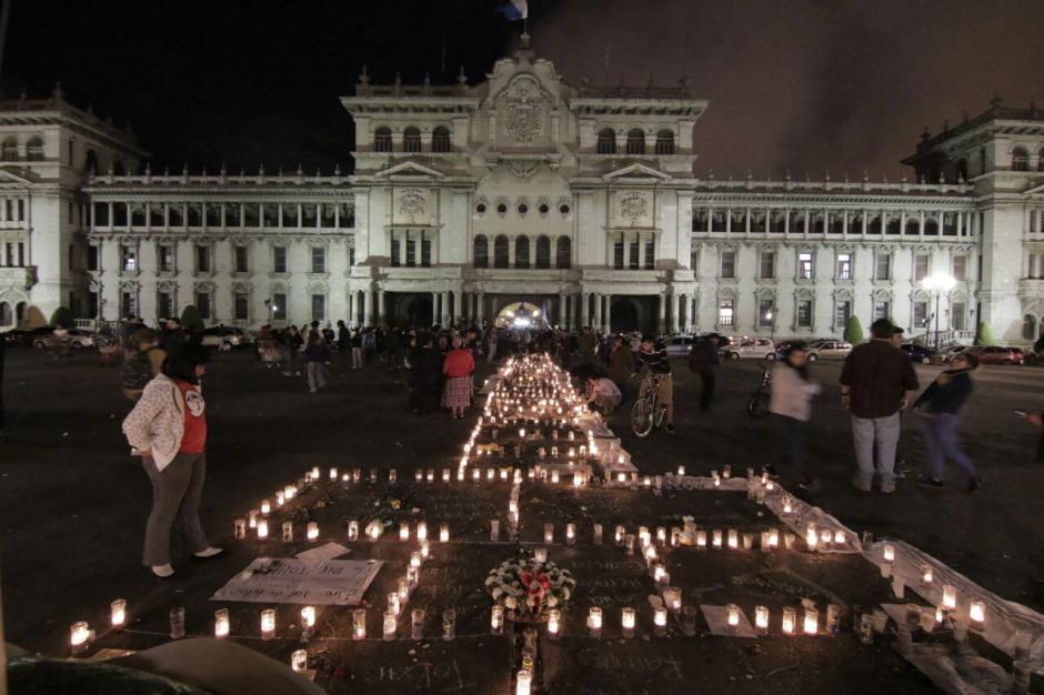 Mientras tanto afuera en Palacio Nacional la protesta continuó. (Foto: Alejandro Balan/Soy502)
